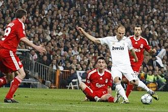 Robben trata de disparar rodeado del jugadores del Liverpool durante el partido de Champions jugado en el Bernab�u.