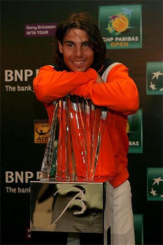 Rafa Nadal posa con su trofeo de campeón en Indian Wells.