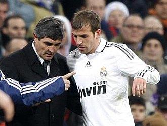 Juande da instrucciones a Van der Vaart antes de la entrada del holand�s en el terreno de juego en el Real Madrid-Racing.