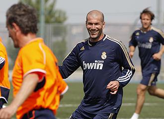 Zidane sonr�e durante un lance del partido.