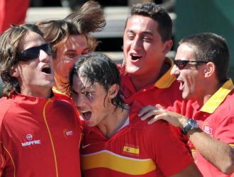 El equipo espa�ol celebra una victoria en Benidorm en la primera ronda de la Copa Davis.