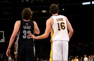 Los hermanos Gasol, Marc y Pau, en un partido de la NBA