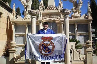 Vicente Boluda P�rez, primo del presidente del Real Madrid, posa con una bandera del equipo blanco