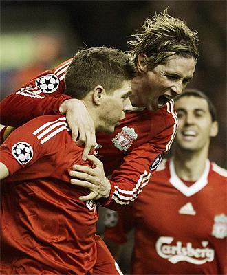 Steven Gerrard recibe las felicitaciones de Fernando Torres tras marcar un gol
