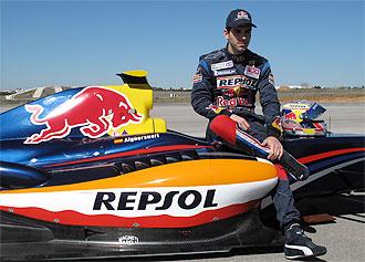 Jaime Alguersuari posa con su monoplaza de las World Series en el INTA.