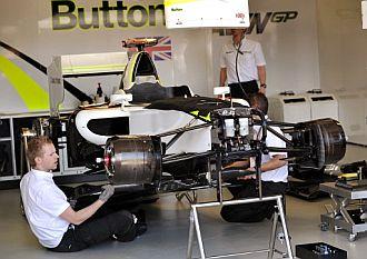 Mec�nicos ponen a punto el monoplaza de Button.