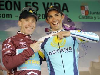 Levi Leipheimer y Alberto Contador bromean en el podio final de la Vuelta a Castilla y Le�n.