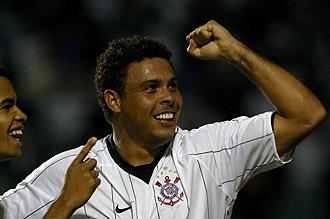 Ronaldo celebrando un gol con el Corinthians