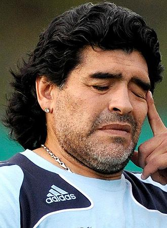Maradona durante un entrenamiento de Argentino