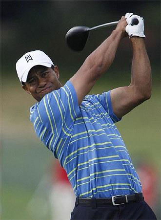 Tiger gesticula tras golpear una bola.