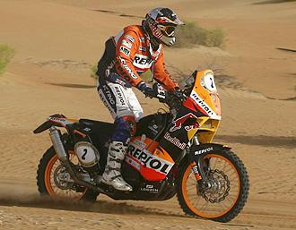 Marc Coma pilota su KTM en Abu Dabhi.