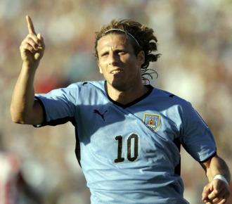 Forl�n celebra su gol ante Paraguay.