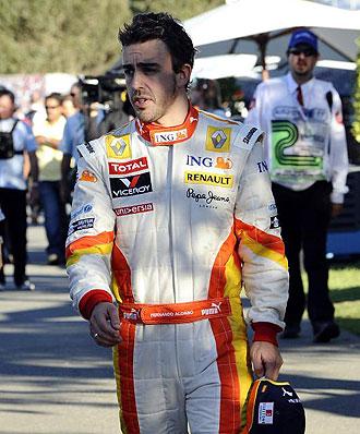 Fernando Alonso camina por el 'paddock' de Albert Park tras concluir los entrenamientos.