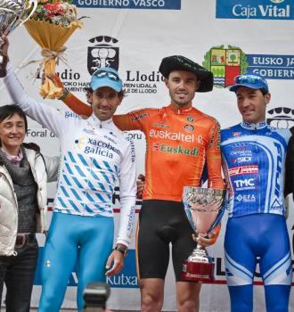 Samu Sánchez posa con la 'txapela' junto a David de la Fuente y Ezequiel Mosquera.