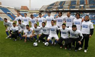 Los jugadores del Alicante saltaron al campo con una camiseta pidiendo al club que se les pague sus salarios.