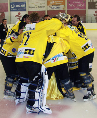 El equipo celebra la victoria