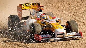 Alonso se salió de la pista en la primera vuelta para esquivar a los coches accidentados.