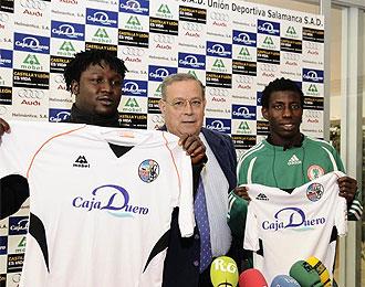 Kabiru Akinsola (derecha) y Matthew Edile (izquierda), en su presentación con la Unión Deportiva Salamanca