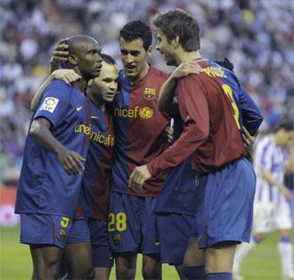 Etoo celebra con sus compa�eros el gol conseguido en Zorrilla.