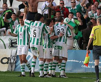 Los jugadores del C�rdoba celebran el gol del triunfo