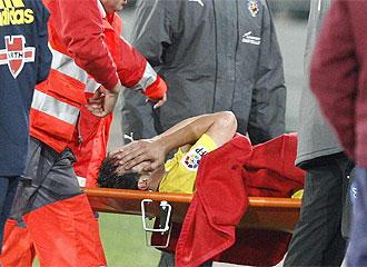 Cazorla se marcha en camilla tras lesionarse.