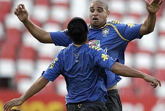 Adriano bromea con Ronaldinho
