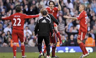 Yossi Benayoun celebra el gol con los suyos.