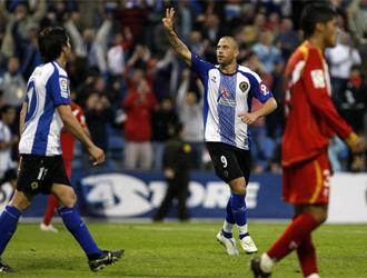 Rubén Navarro celebra con su público el hat trick logrado ante el Sevilla Atlético.