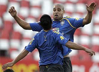 Adriano y Ronaldinho durante un entrenamiento de la selecci�n brasile�a.