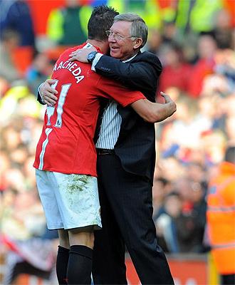 Federico Macheda se abraza con Alex Ferguson tras su gol ante el Aston Villa