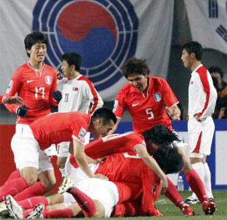 Corea del Sur celebra el tanto en ese polémico duelo contra sus vecinos