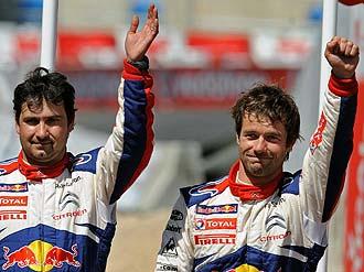 S�bastien Loeb (derecha) y su copiloto, Daniel Elena, saludan tras ganar el Rally de Portugal.