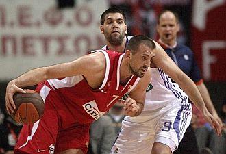 Felipe Reyes defiende a Nikola Vujcic en el accidentado partido