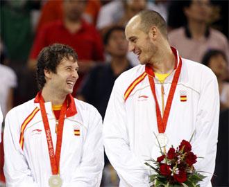 Jim�nez, junto a Ra�l L�pez, con la medalla de plata en Pek�n.