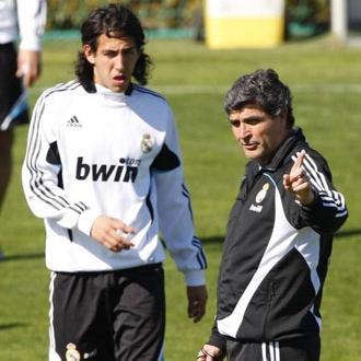 Parejo recibe instrucciones de Juande en un entrenamiento