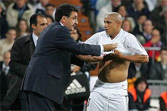 Mariano Garc�a Rem�n da instrucciones a Roberto Carlos cuando era entrenador del Real Madrid