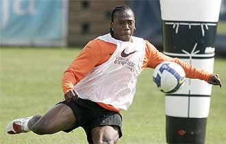Manuel Fernandes dispara durante un entrenamiento en Paterna.