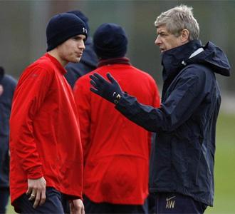 Van Persie y Wenger durante un entrenamiento del Arsenal
