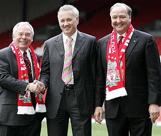 Los propietarios del Liverpool, George Gillett y Tom Hicks, posan junto al director ejectuvio Rick Parry.