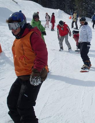 Varios esquiadores disfrutan de la nieve.