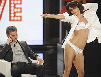 Ni esta simp�tica bailarina hizo esbozar una sonrisa a Mourinho.