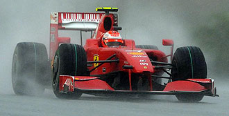 Raikkonen pilota su Ferrari bajo la lluvia en Malasia.