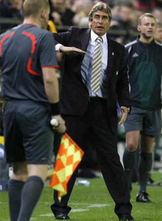 Pellegrini da �rdenes a sus hombres durante el partido ante el Arsenal.