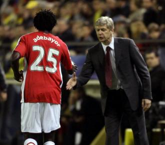 Wenger saluda a Adebayor.