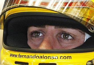 Primer plano de Alonso en los boxes de Australia.