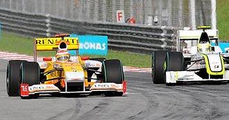 Alonso rueda por delante de Barrichello en el Gran Premio de Malasia.