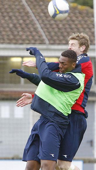 Dady salta con Sergio por un bal�n en un entrenamiento
