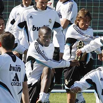 El Real Madrid se ejercita en el c�sped de Valdebebas