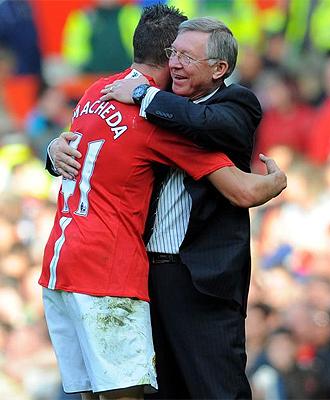 Ferguson felicita a Macheda tras su gol.