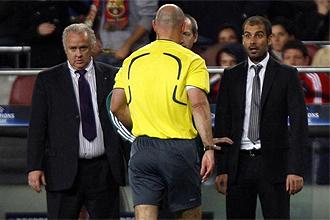 Guardiola en el momento que se acerca el ingles Webber para expulsarle